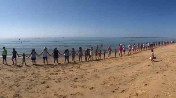 Cadena humana contra la violencia de género en las playas de Isla Cristina