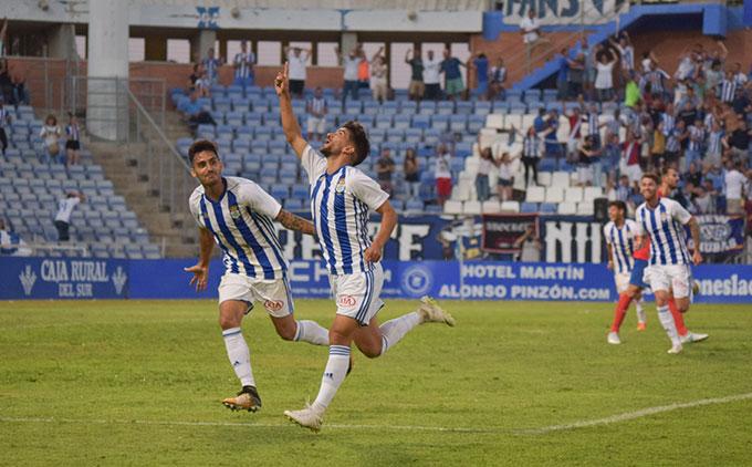 Ganar en Talavera para acercarse a la zona de promoción de ascenso, el objetivo del Decano este domingo. / Foto: Pablo Sayago.