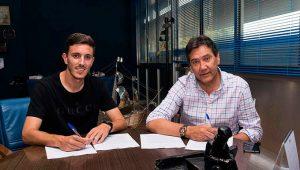 Alberto Ródenas -izquierda-, junto al presidente del club, Manolo Zambrano, en el momento de firmar por el Decano. / Foto: Pablo Sayago.