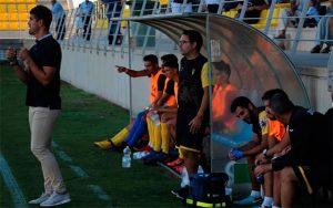 Álex Hornillo, ex jugador sanroquista, debuta en los banquillos esta temporada. / Foto: @SanRoqueLepe.