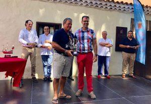 Adasat Reyes, alcalde de San Sebastián de La Gomera, con uno de los galardonados.