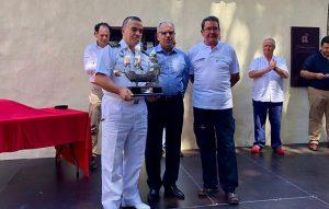 El presidente del Cabildo de La Gomera, Casimiro Curbelo, con la tripulación del Sirius VI.