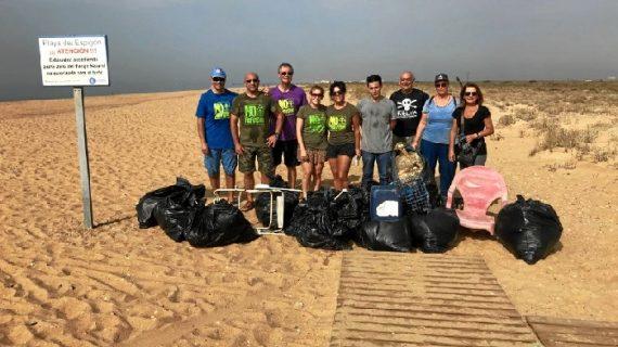 Organizada una recogida de residuos en la playa del Espigón con motivo del Día Mundial de la Limpieza