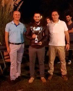 Antonio Ramón Hernández -en el centro-, ganador del III Circuito Nocturno de Ajedrez en la Playa.