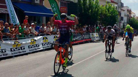 Un total de 126 ciclistas ponen el punto y final a la Copa Andalucía Máster en el Gran Premio Bollullos