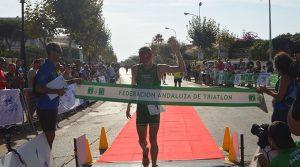 El ganador masculino, Camilo Puertas Fernández, del Montilla-Córdoba Triatlón, en el momento de llegar a la meta.