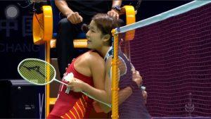 Carolina Marín y Nozomi Okuhara se abrazan tras el encuentro. / Foto: Captura TV.
