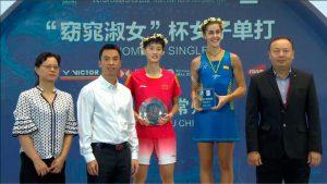 Carolina Marín, junto a Chen Yufei, en el podio. / Foto: Captura TV.