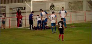 El portero del Alcalá es atendido en la acción de Canito en la que, el propio y el poste, evitaron el gol. / Foto Captura TV.