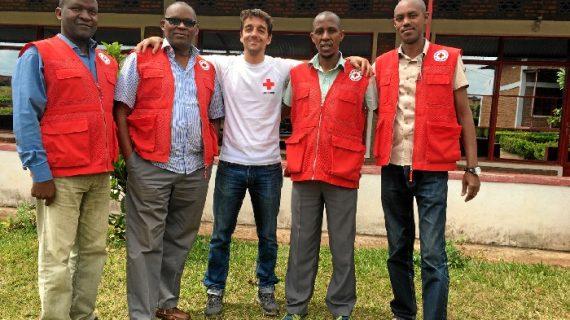 Un voluntario de Cruz Roja Huelva participa en un proyecto para mejorar las condiciones de vida en Burundi