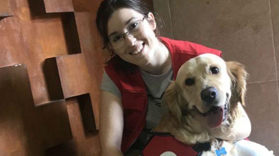 Lenny y su cuidadora, Noelia Zamorano, nuevas fórmulas de voluntariado en Cruz Roja Huelva
