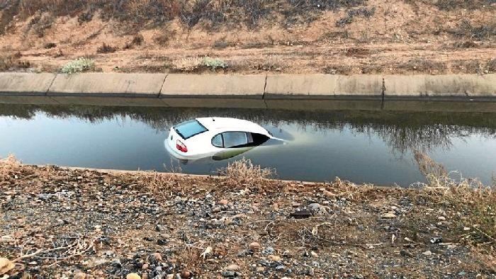 Localizado semihundido un vehículo que había sido robado en Bollullos Par del Condado