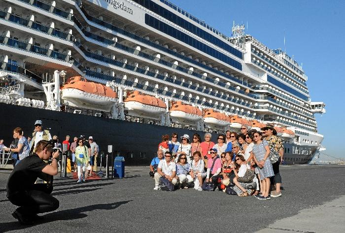 El gran buque MS Koningsdam llega a Huelva con 2.600 pasajeros