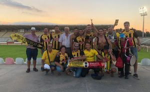 Algunos de los aficionados del San Roque desplazados hasta Algeciras, celebrando el empate. / Foto: @PASIONAURINEGR2.