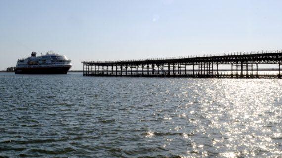 El crucero noruego 'Midnatsol' llega al mismo corazón de la capital onubense