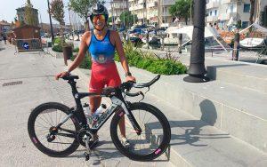 La deportista gaditana, afincada en Huelva, con la bicicleta en las calles de Cervia.