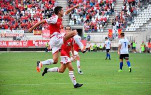 El palmerino Jesús Alfaro celebra el primer gol de su equipo. / Foto: @realmurciacfsad.
