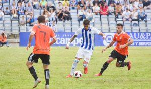 Israel Puerto intenta sacar la pelota ante dos contrarios. / Foto: Pablo Sayago.