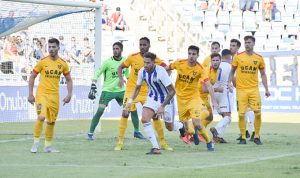 Iván González en uno de los saques de esquina botados por el Recre en el primer cuarto de hora de partido. / Foto: Pablo Sayago.