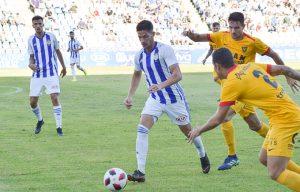 Caye Quintana protege la pelota en presencia de un rival. / Foto: Pablo Sayago.