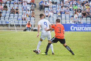 Caye Quintana controla la pelota ante el acoso de Jesús Álvaro. / Foto: Pablo Sayago.