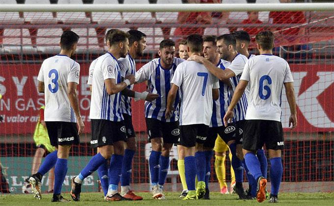 El Recre hace piña para sacar adelante su exigente partido en casa ante el UCAM Murcia. / Foto: Guillermo Carrión-Nacho García-La Verdad de Murcia.