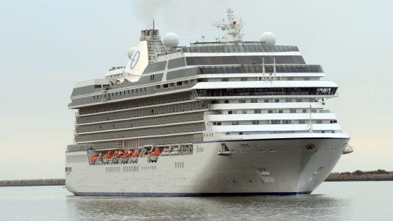 El Puerto de Huelva recibe al buque de cruceros 'MS Riviera' con más de 1.200 pasajeros a bordo