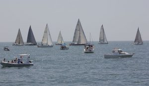 Con el bocinazo de salida, las embarcaciones se dirigieron en primer lugar a la boya de recalada en El Rompido.