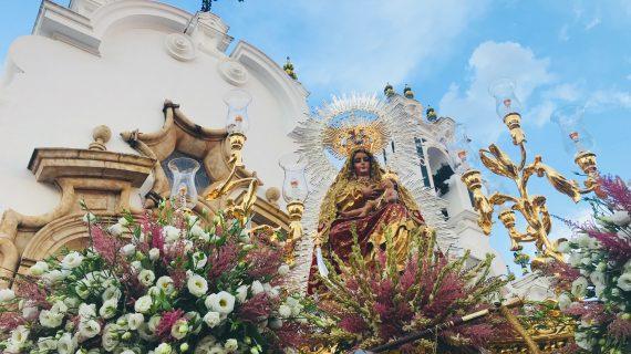 Valverde del Camino arropa a la Virgen del Reposo en su procesión por las calles de la localidad