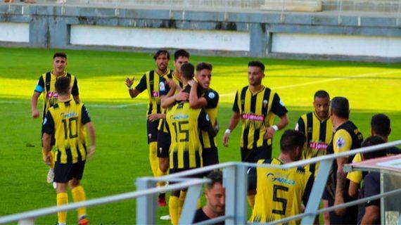 El San Roque tira de épica para remontar con un hombre menos y ganar al Atlético Espeleño (2-1)