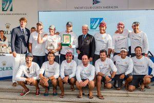 Tripulación al completo del Porrón IX, con Ricardo Terrades (abajo, segundo por la derecha) recogiendo el trofeo de campeones de la Swan Cup y campeones del mundo en la clase Swan45.