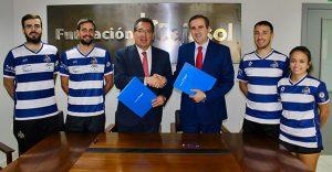Imagen de familia tras la firma del nuevo convenio entre la Fundación Cajasol y el Club de Bádminton IES la Orden de Huelva.