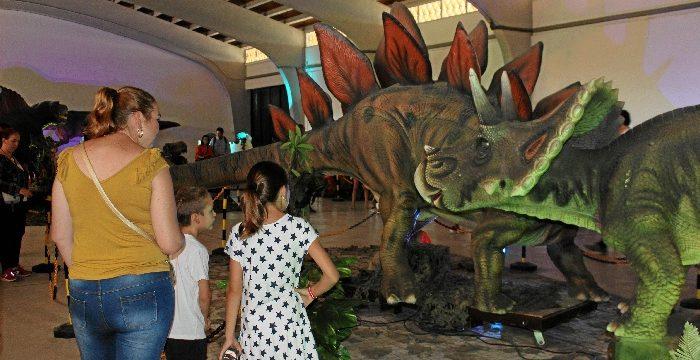 Los dinosaurios conquistan el Muelle de Levante de Huelva