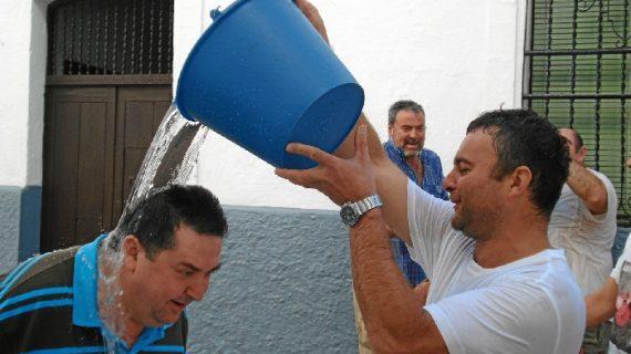 Galaroza celebra un año más su tradicional fiesta acuática, 'Los Jarritos'