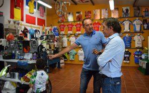 Un momento de la visita de Perico Delgado a la sede de la Escuela 'El Valle de Hinojos', donde fue atendido por el monitor de la misma, Javier Pavón.