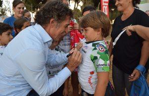El gran ciclista segoviano firmando un autógrafo en su maillor a uno de los alumnos.