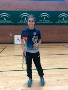 Carolina Vallejo, con el trofeo conquistado en San José de la Rinconada.