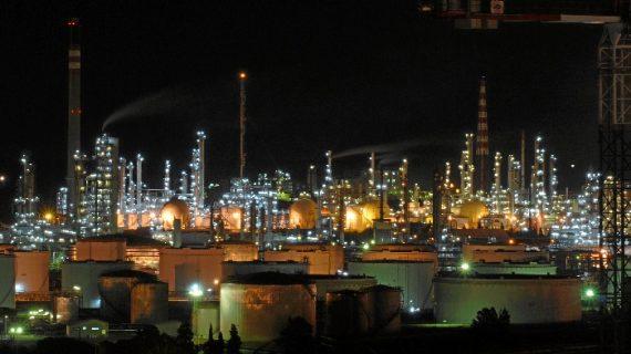 El fotógrafo Pepe Conde ofrece una visión nocturna de la industria onubense como homenaje a los trabajadores del turno de noche