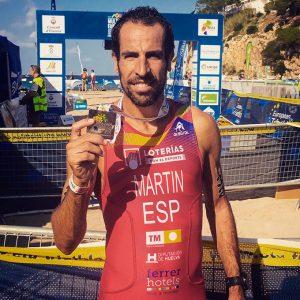 Emilio Martín con la medalla de finisher tras cerrar cuarto el Europeo de Duatlón Cross. / Foto: @emiduatlon.