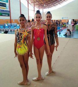 Las deportistas del Rítmico con sus medallas en el Torneo Miralmar.