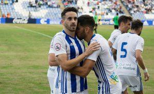 Los jugadores del Recre celebran con Iago Díaz el primer gol del partido. / Foto: Pablo Sayago.