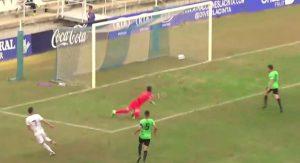 Momento en el que Iago Díaz bate a Batalla en el 1-0. / Foto: Captura TV.