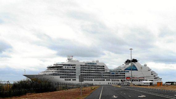 El buque de cruceros de lujo 'Seabourn Ovation' atraca por primera vez en el Muelle Sur del Puerto de Huelva