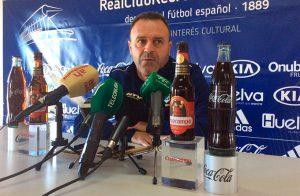 José María Salmerón, entrenador del Decano, durante la rueda de prensa de este viernes. / Foto: @recreoficial.