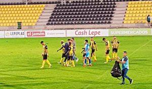 Los jugadores del San Roque se van del campo tristes tras la derrota. / Foto: @SanRoqueLepe.