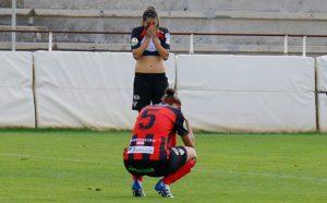 Tristeza en las jugadoras del Sporting tras ver como en el último minuto se escapaba un punto. / Foto: www.lfp.es.