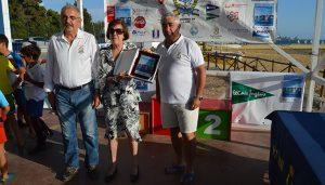 El presidente del RCMH hizo entrega a la viuda de Boby, María Victoria Vázquez Iglesias, de una placa conmemorativa.