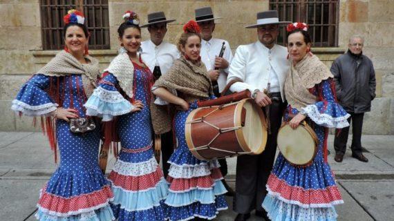 Un grupo de onubenses acompaña al Mariquelo en su ascensión a la Catedral de Salamanca