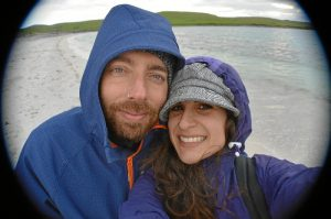 Judith, junto a su marido, en una playa de las Islas Shetland.