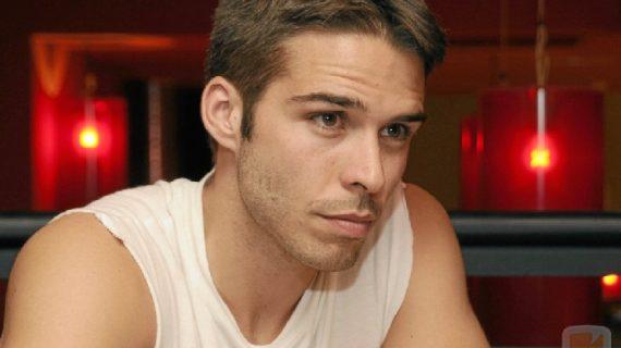 El actor Alex Barahona pisa terreno onubense con su obra 'Dos más dos'